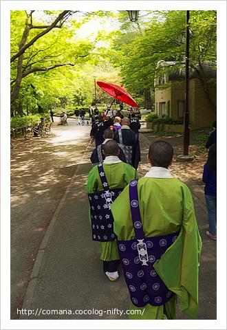 井の頭公園を歩く僧侶の列