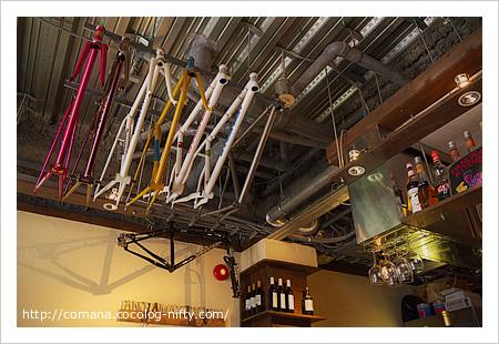 天井に自転車のフレームが
