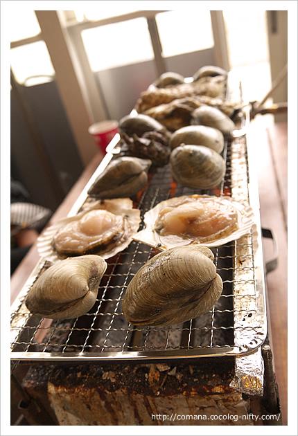 焼き網いっぱいに貝、貝、貝