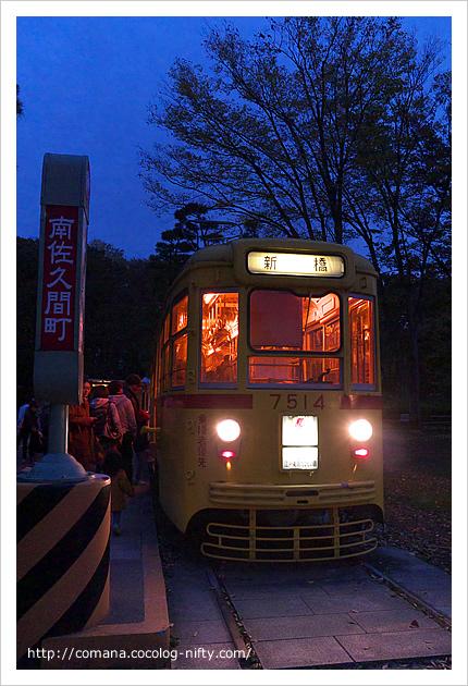 夕暮れのレトロ電車