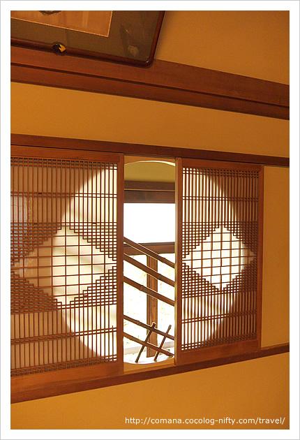 廊下に面した小窓