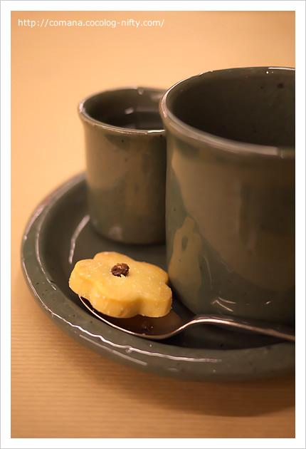 コーヒーカップと謎のカップとクッキー